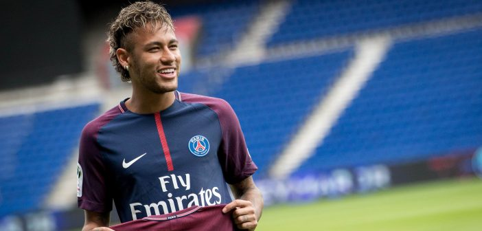 Neymar tenant son maillot du PSG